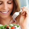 Muitas pessoas até hoje pensam que ao começar um regime o certo é parar de comer, ficam um longo intervalo de tempo sem se alimentar e quando vão comer comem […]